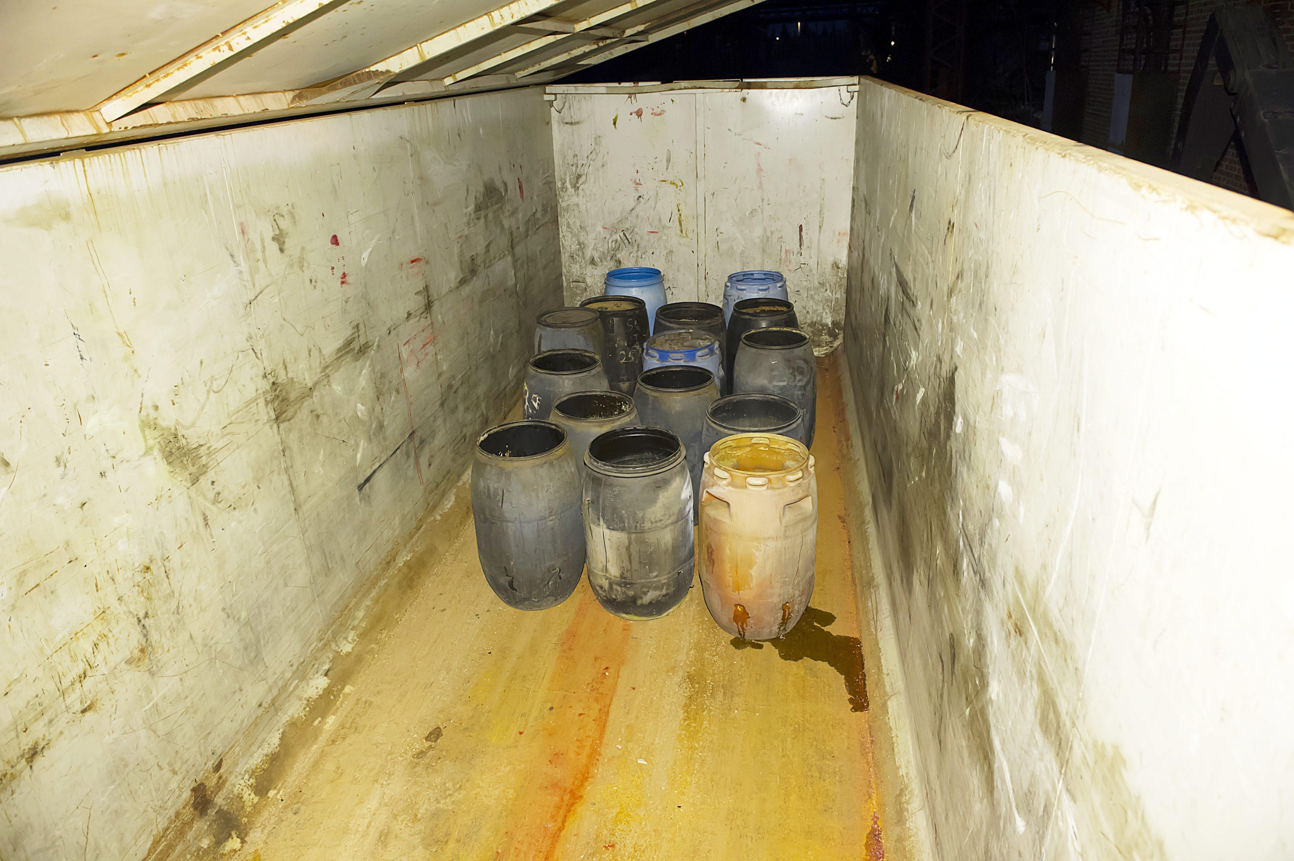 Folyékony veszélyes hulladékok a szállító konténerben